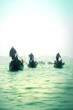 Tres Gondoleros Esperando Su Turno Para Avanzar En Una Mañana Brumosa En Venecia