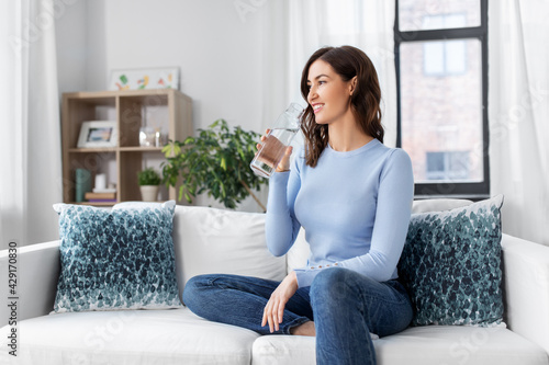 Photo people, sustainability and leisure concept - happy smiling young woman drinking