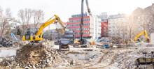 Demolition With Excavator Of Buildings In The Urban Area. Abriss Mit Bagger Von Gebäuden Im Stadtgebiet.
