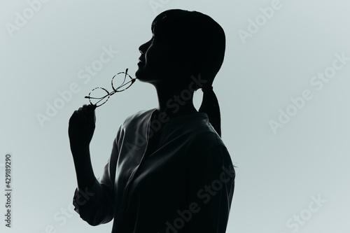 メガネを持つ女性のシルエット - fototapety na wymiar