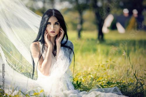 Kobieta w woalu na łące - fototapety na wymiar