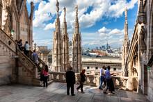 Milano. Itinerario Di Salita Al Tetto Del Duomo Con Guglie E Vista Sulla Città.