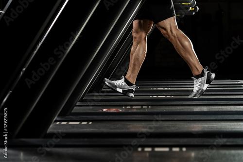 Foto man running on treadmill