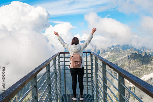 Photo Tourist standing on the observation deck and enjoying of amazing view of mountai
