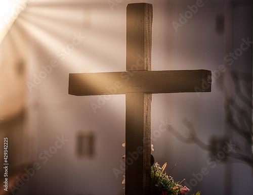 Fotografie, Obraz drewniany krzyż w promieniach słońca