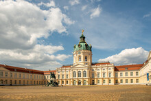 Das Schloss Charlottenburg Ist Ein Baudenkmal Am Spandauer Damm 10–22 Im Berliner Ortsteil Charlottenburg. Es Diente Von 1701 Bis 1888 Als Sommerresidenz Der Preußischen Könige.