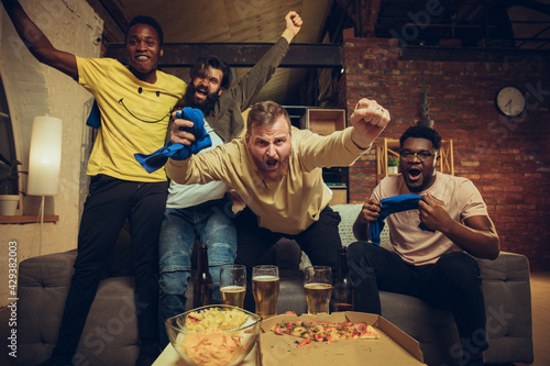 Photo Group of friends watching TV, sport match together