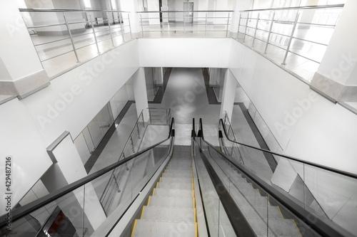 Escalator in a new building Fototapet