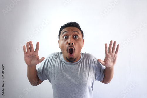 фотография shocked face expression of man looking at camera