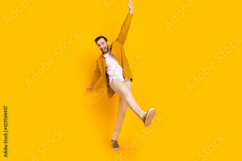 Foto Full length photo of cheerful charming young guy wear casual clothes smiling wal