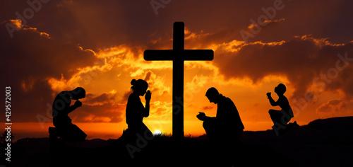 Modlący się przy krzyżu - fototapety na wymiar