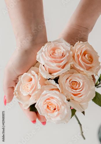 Kwiaty w dłoniach na dzień matki - fototapety na wymiar