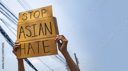 Billede på lærred A man holding Stop Asian Hate sign