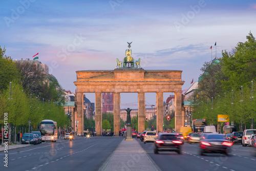 Foto The Brandenburg Gate in Berlin at sunset