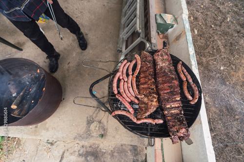 Tela Carne sobre barbacoa de carbon encendida mientras se hace