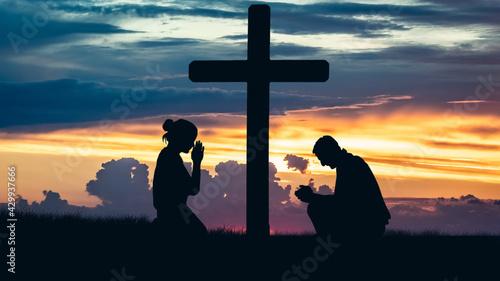 Modlący się pod krzyżem - fototapety na wymiar