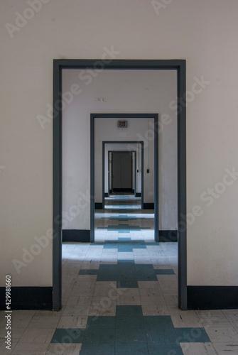 Foto Empty hallway inside an abandoned mental asylum