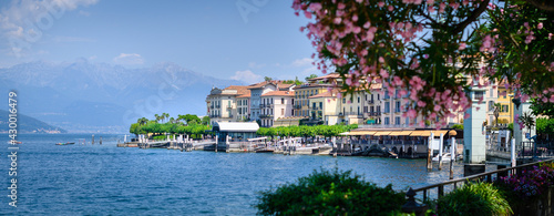 Bellaggio landscape, blue sky, pink floral in foreground - fototapety na wymiar
