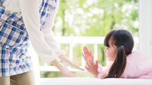 手遊び歌で遊ぶ女の子 子育て・保育イメージ