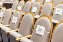 コロナ時期の劇場の椅子に貼っている注意紙の様子