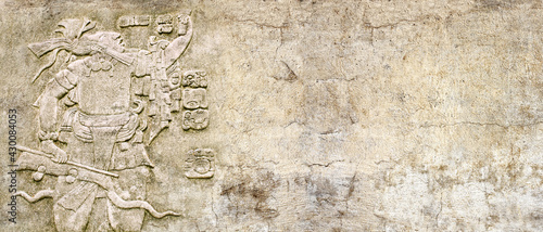 Foto Grunge background with stone wall texture and bas-relief of a Mayan king Pakal