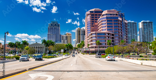 Fotografija PALM BEACH, FL - FEBRUARY 2016: City traffic along Royal Palm Way