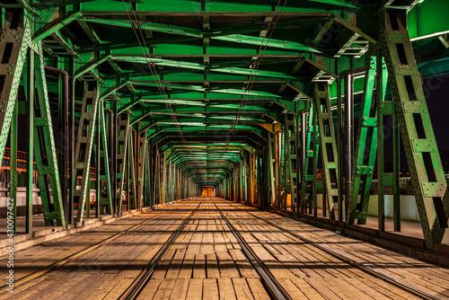 Wieczorne zdjęcie mostu Gdańskiego w Warszawie w ciepłych barwach - fototapety na wymiar