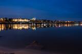Fototapeta Miasto - Nocne zdjęcie mostu i widok na stare miasto w Warszawie