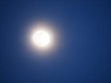 Luna Creciente De Abril En Noche Clara De Primavera, Blanco, Esférica