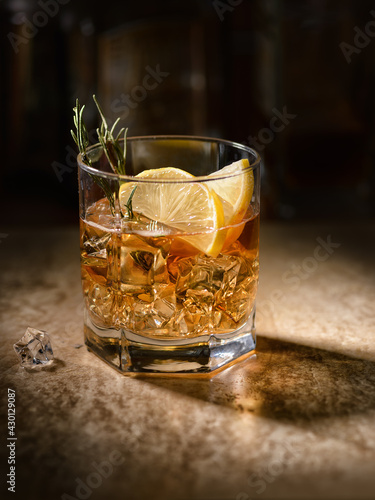 Fotografiet whiskey with ice