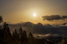春の山の朝焼けと雲海