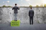 Fototapeta Miasto - Clevere Person setzt auf Naturschutz - Metapher für nachhaltige Entwicklung
