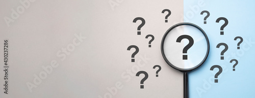 Canvas Print Magnifying glass with question mark symbol