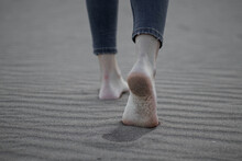 Pies Bonitos Des De Atrás, Andando Por La Playa.