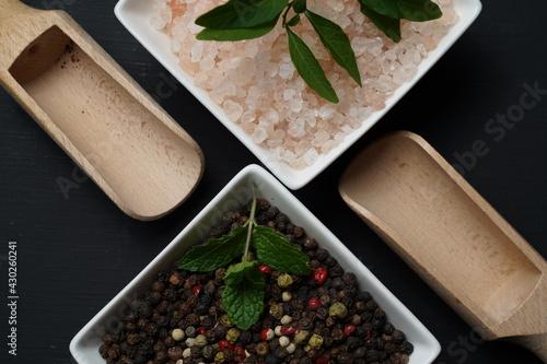 Obraz kuchnia przyprawy pieprz ziarnisty kolorowy sól kamienna różowa - fototapety do salonu