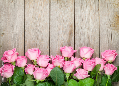 Slika na platnu pink roses on wooden table