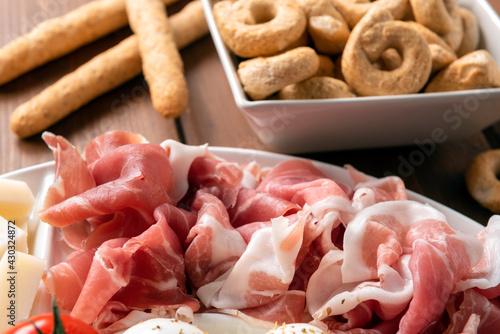 Fototapeta Prosciutto crudo e pane, antipasto rustico italiano