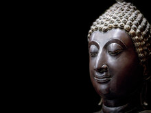 Buddha Face Statue. A Heritage Antique Symbol Of Clam, Enlighten And Meditate. Head And Face Statue Of Buddhism Religion, Show Traditional Culture Of Asian Spirituality. Portrait Sculpture Style.