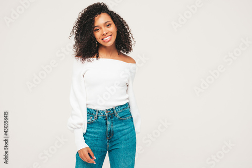 Beautiful black woman with afro curls hairstyle Fototapet