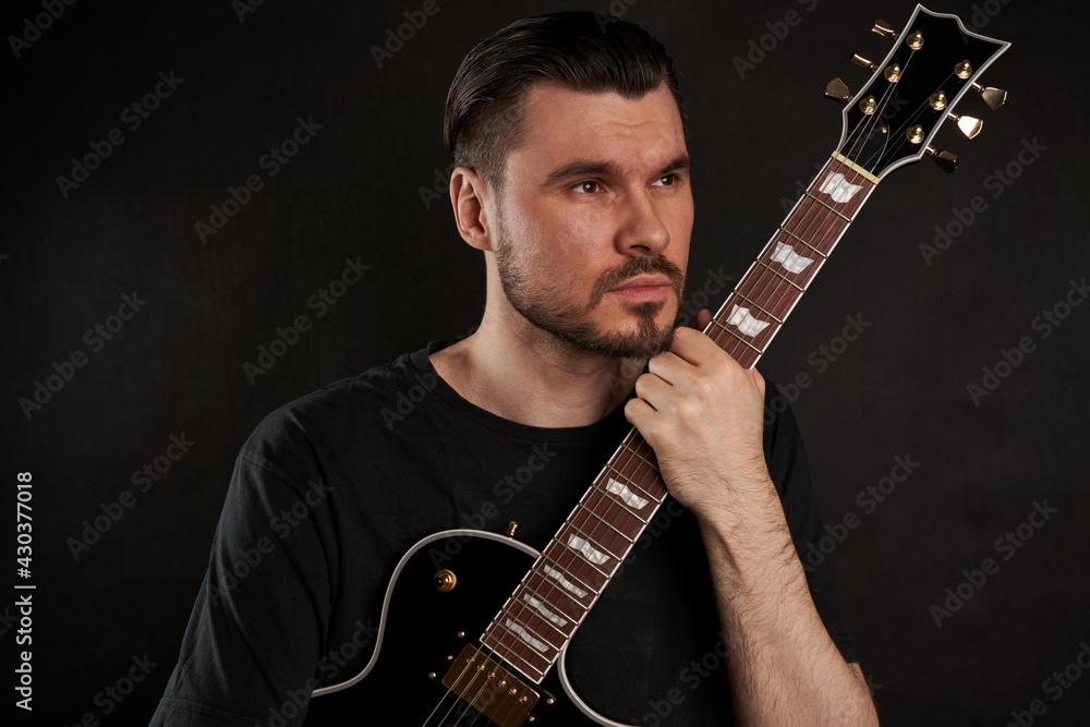 Fototapeta Mężczyzna z gitarą. Portret z gitarą.