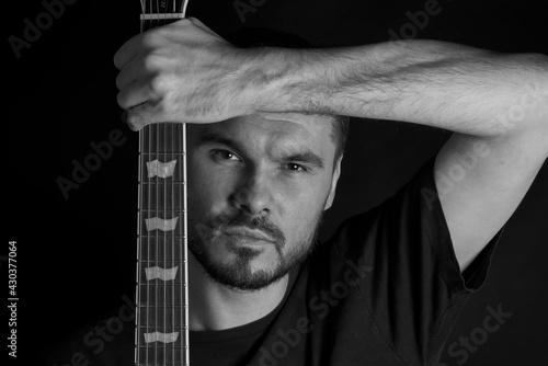 Mężczyzna z gitara. Portret gitarzysty.