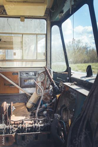 Obraz Zniszczona szoferka - fototapety do salonu