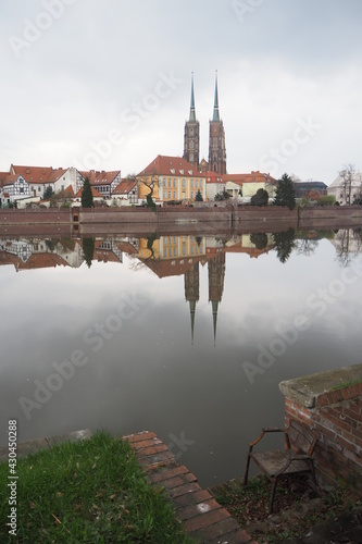 Widok na Ostrów Tumski we Wrocławiu, na tle rzeki Odry i starego krzesła, Polska - fototapety na wymiar