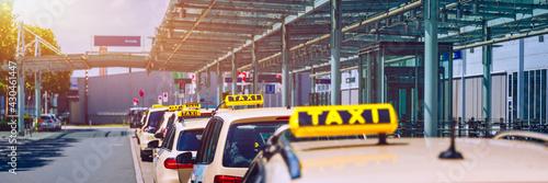Billede på lærred Taxi cabs waiting for passengers