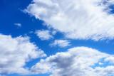 Fototapeta Na sufit - białe chmurki na niebieskim niebie