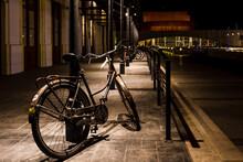 Bicicleta Amarrada En Un Poste De La Estación
