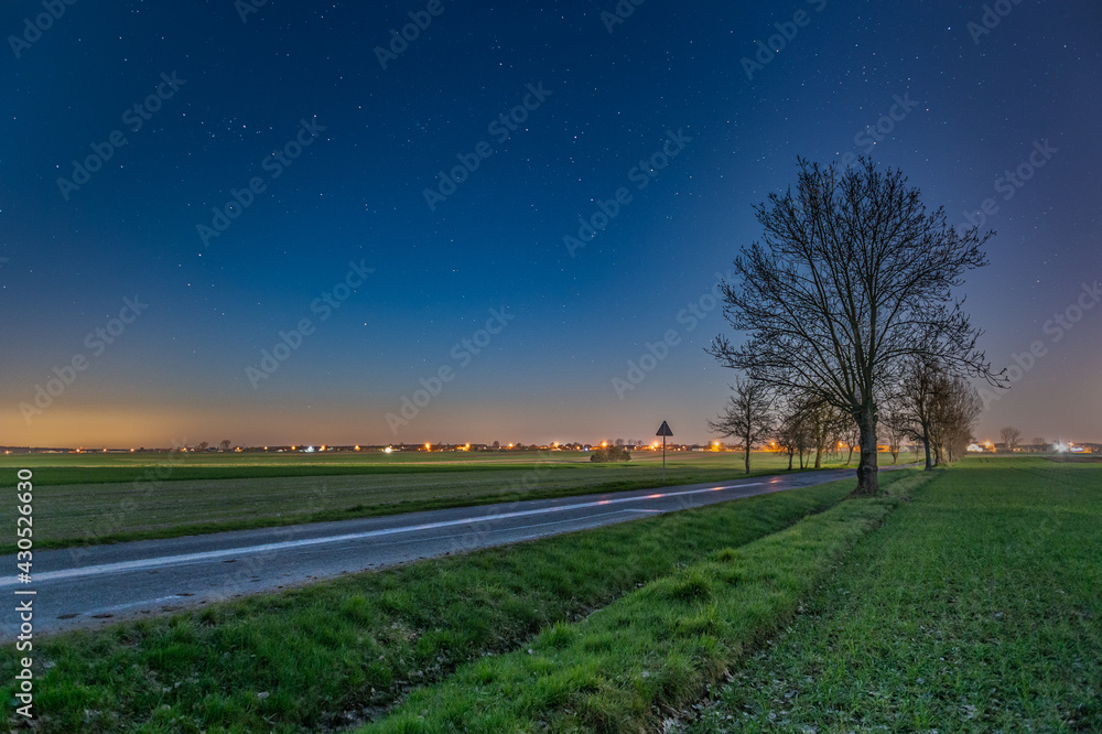 Nocny krajobraz z gwiazdami.