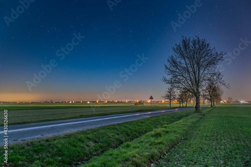 Nocny krajobraz z gwiazdami.  - fototapety na wymiar