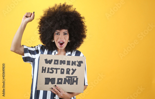 Photo afro woman holding a womens rights banner