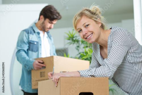 Obraz portrait of a young couple relocating - fototapety do salonu